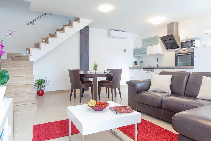 Pucisca Villa Sleeps 5 with Air Con and WiFi - 5875607, vacation rental in Pucisca