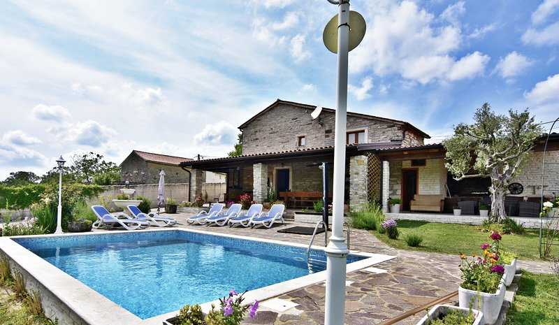 Villa Anna Grožnjan con piscina riscaldata, Wifi, per gruppi e famiglie,3 camere, alquiler de vacaciones en Momjan