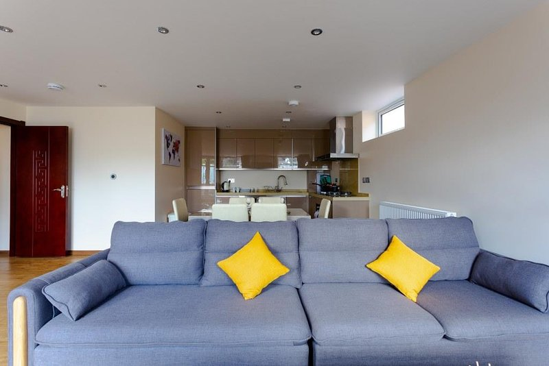 BOURNECOAST: APARTMENT WITH BALCONY NEAR CENTRE - REFURBISHED IN 2020 - FM6291, vacation rental in Ferndown