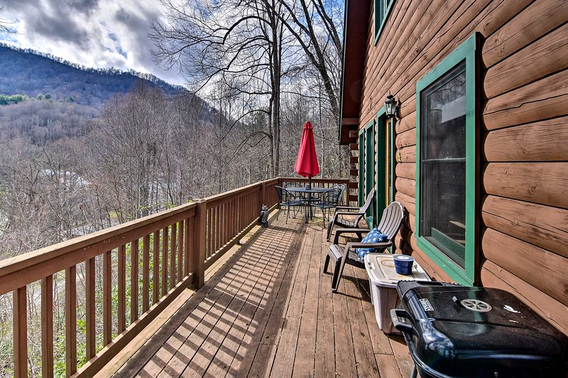 Escape to North Carolina with your travel companions and stay at this cabin.