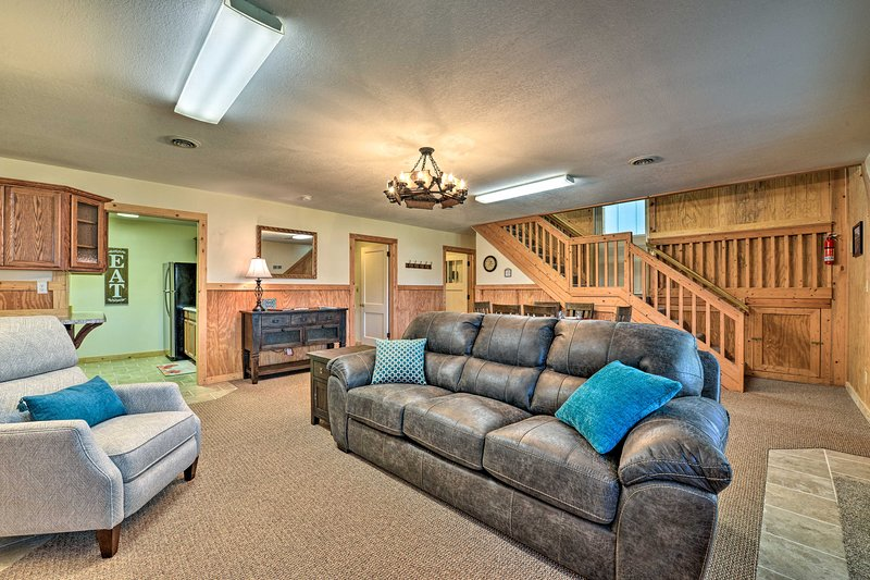 NEW! Quaint Getaway w/ Indoor Pool & Gas Grill!, holiday rental in Marion