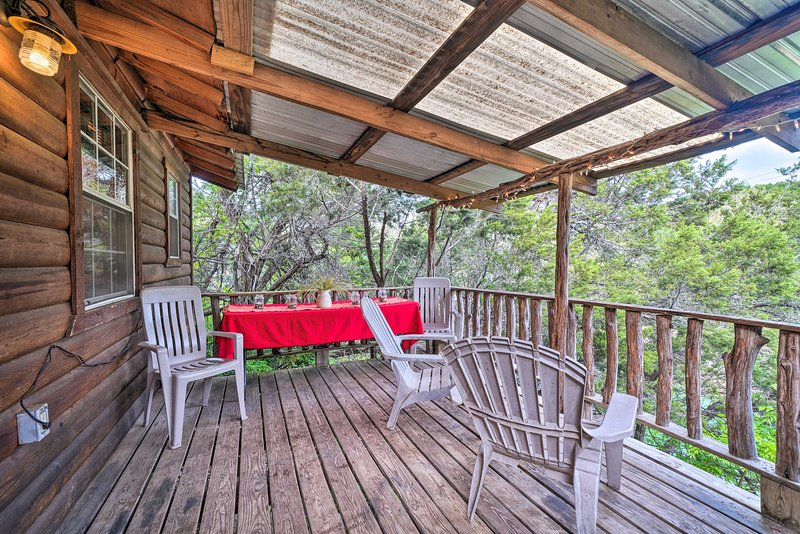 NEW! Cozy Cabin w/ Deck - Nestled by Honey Creek!, holiday rental in Davis