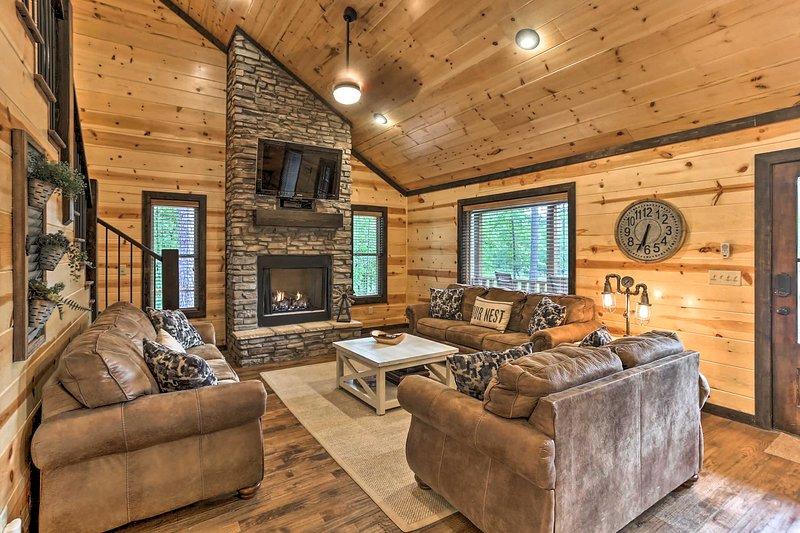 NEW! Luxe 'Family Ties' Home w/ Hot Tub, Fireplace, vacation rental in Hochatown