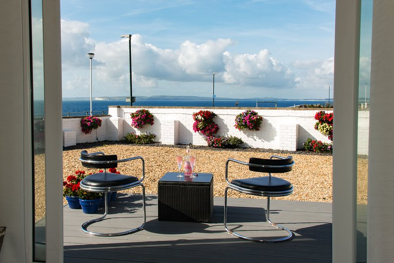 Luxurious modern home with beach and sea views, vacation rental in Highcliffe