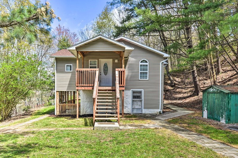 NEW! Pet-Friendly Princeton Apt w/ Private Porch!, holiday rental in Bramwell