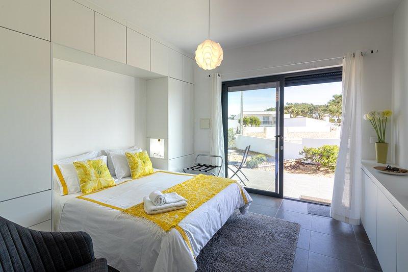 Quarto independente, holiday rental in Praia da Arrifana