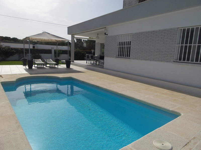 VILLA ALICIA - BONITO CHALET CON PISCINA PRIVADA 6 PERSONAS A 350 M. DE LA PLAYA, holiday rental in Vinaros