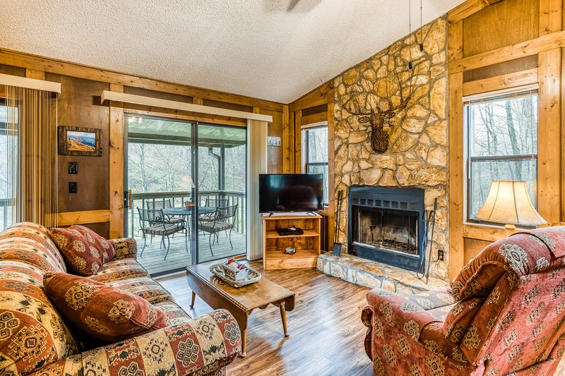 Dog-friendly, creekside getaway w/ a full kitchen, furnished deck, & gas grill, vacation rental in Balsam