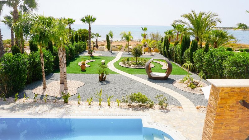 Sea Front Costa Blu - Modern and Luxurious Sea Front Villa in Exclusive, alquiler vacacional en Xylophagou