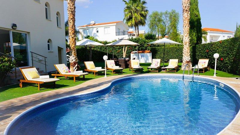 Villa Oasis - Beautiful Villa with Large Landscaped Garden and Kidney Shaped, aluguéis de temporada em Coral Bay