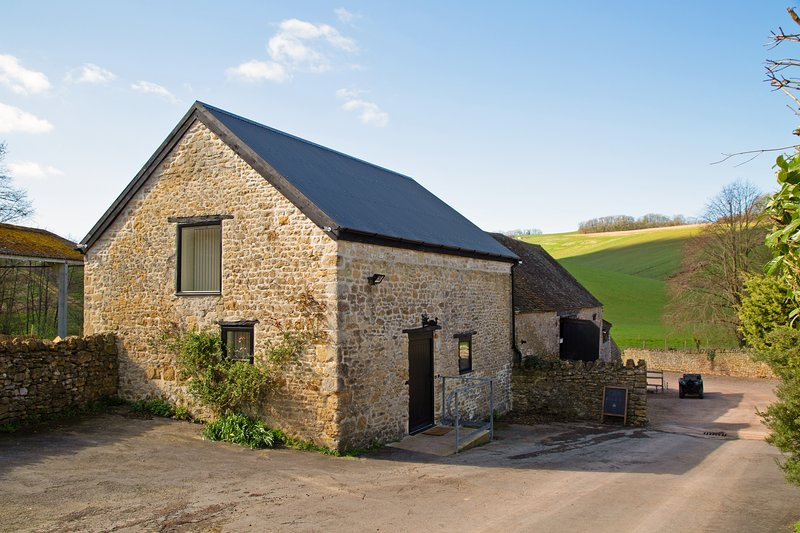 Hazel Barn - stunning Grade II listed conversion, vacation rental in Wincanton