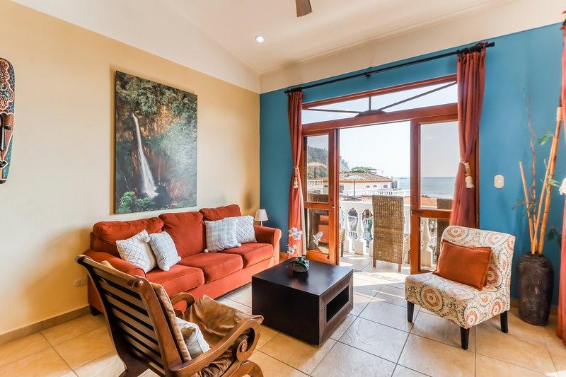 Beachfront condo with amazing ocean views, shared pool, and a great location!, aluguéis de temporada em Copey