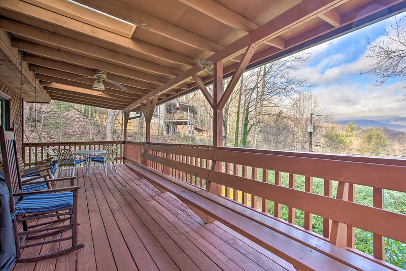 Spacious Cottage w/ Fireplace + Smoky Mtn. View!, vacation rental in Waynesville