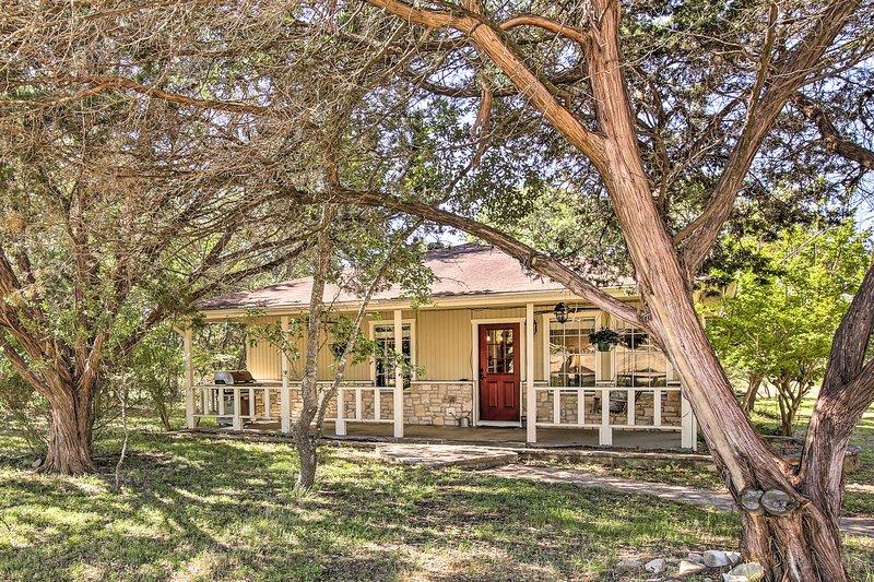 Charming Home w/ Porch & Deck: 6 Mi From Wineries!, location de vacances à Driftwood