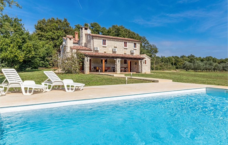 Amazing home in Pula with Sauna, WiFi and 4 Bedrooms (CIC423), casa vacanza a Muntic
