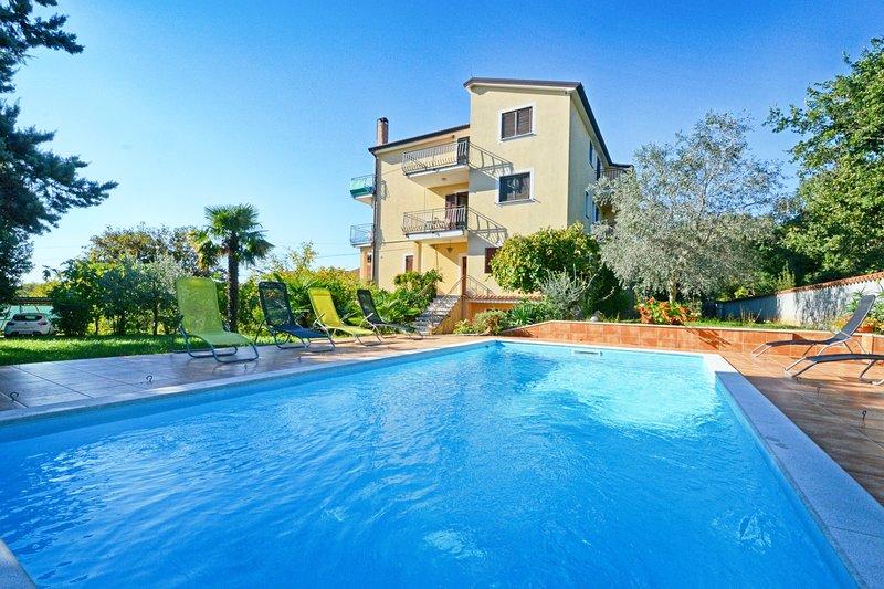 Appartamento con piscina Umag-Valica, vicino alla spiaggia, barbecue, Wi-fi, vacation rental in Kanegra