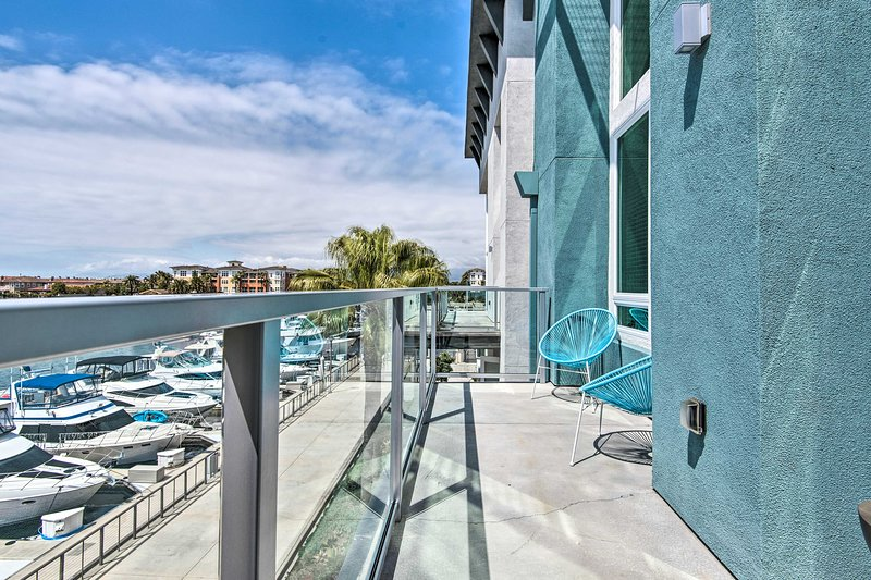 Sleek Azure Apt w/ Rooftop Pergola + Harbor Views!, location de vacances à Oxnard