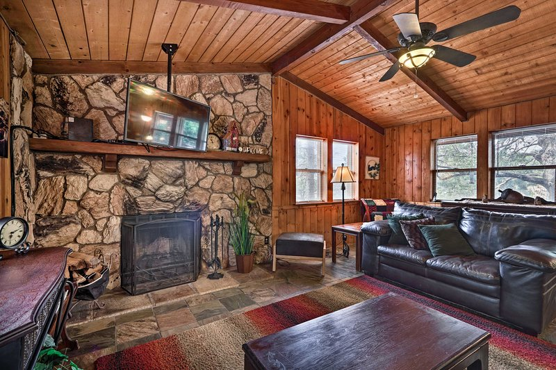 Rustic Strawberry Cabin w/ Grill + Mountain Views!, holiday rental in Strawberry