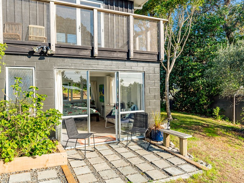 Sunshine Escape - Mangawhai Holiday Home, Mangawhai Heads, holiday rental in Kaiwaka
