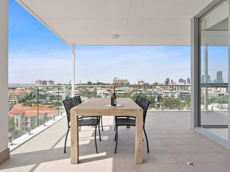 Minamalist Penthouse Condo with Skyline Vistas, holiday rental in Mount Lawley