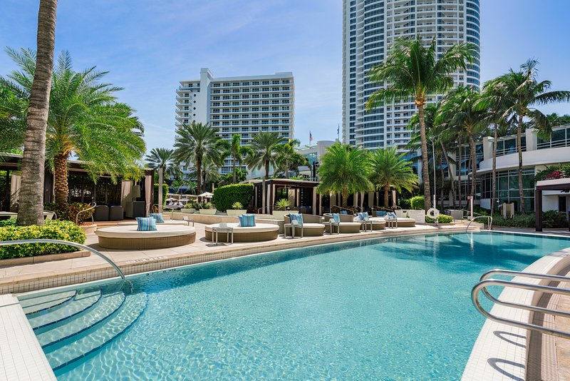Fontainebleau Hotel* Summer Special* Free Valet Parking, Private Beach Area, vacation rental in Miami Beach