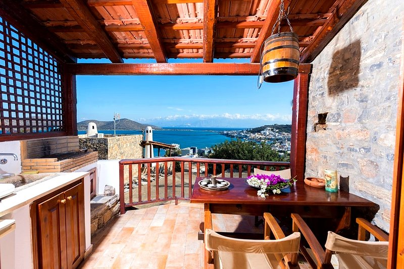 The Traditional House Leonidas w/ amazing seaview, location de vacances à Fourni