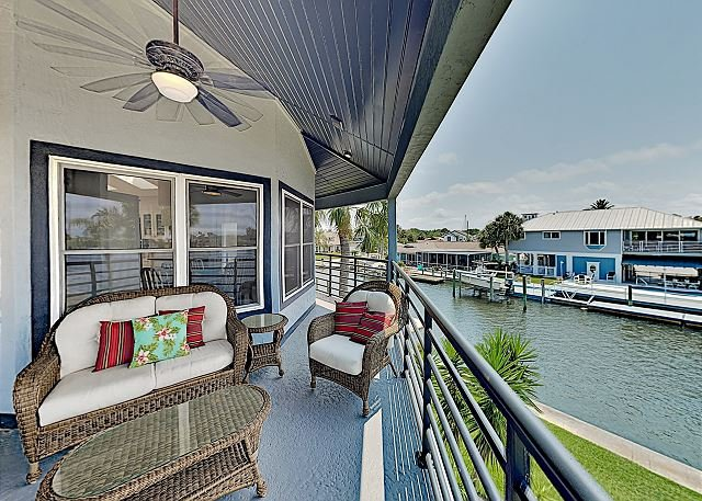 Beautiful 2,594 Square Foot Canal Home with Private Pool, Dock & Sandy Beach, alquiler de vacaciones en Port Richey