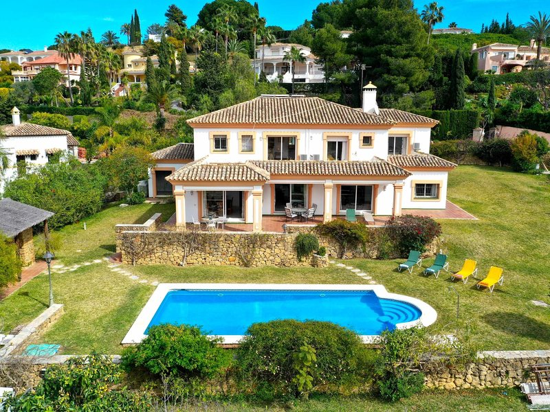 Family Villa BBQ with heated pool golf view large garden, holiday rental in El Paraiso