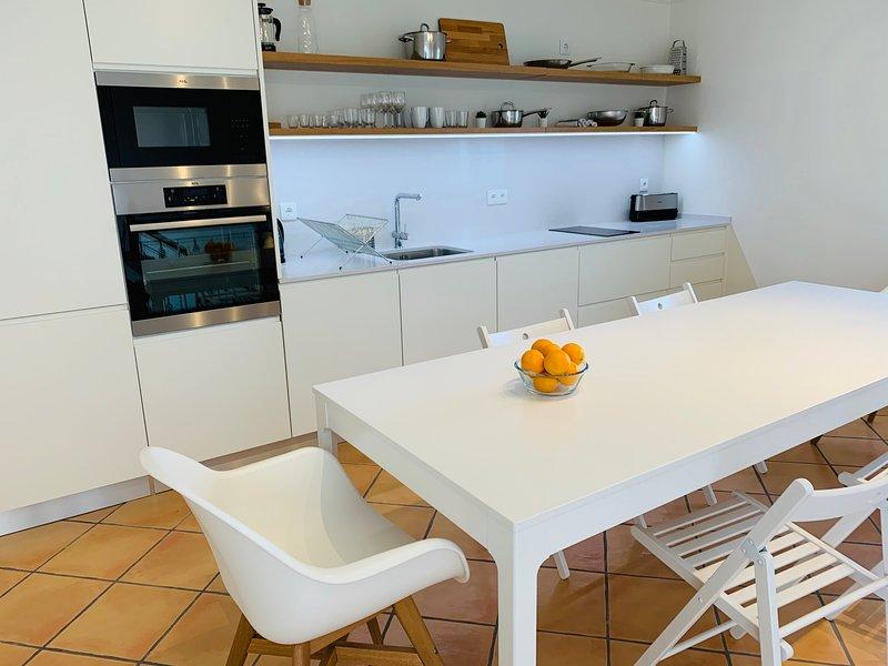 2 Bedroom Duplex w/ terrace & mountain view close to Carvoeiro, Benagil beaches, holiday rental in Estombar