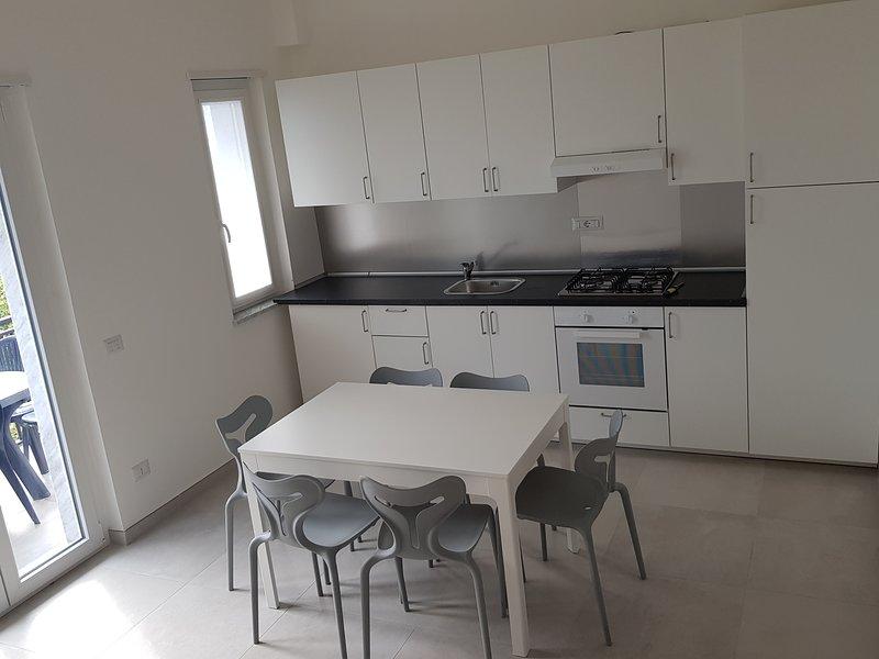 Appartamento ristrutturato sul mare, vacation rental in Longobardi