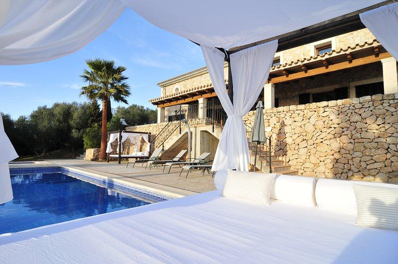 Piscina privada, BBQ, pista de tenis. Playas a 15 kms. Desinfección profesional, holiday rental in Es Pillari