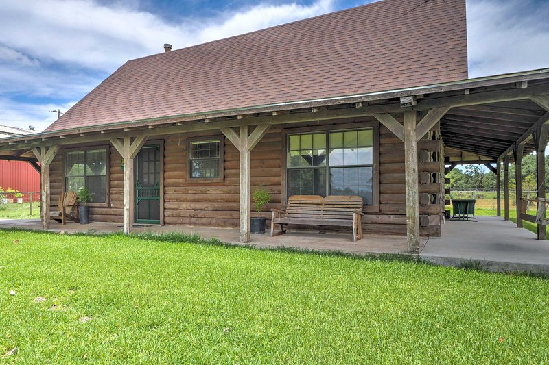 Rustic Carmine Log Cabin w/ Covered Porch on Farm!, location de vacances à Carmine
