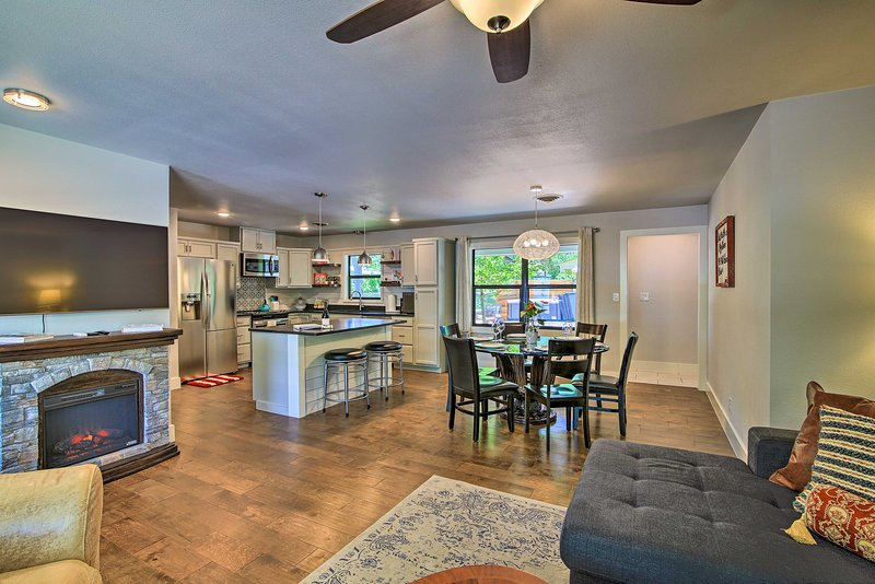 NEW! Modern Downtown Digs: Hot Tub, Fire Pit & BBQ, alquiler de vacaciones en Fredericksburg