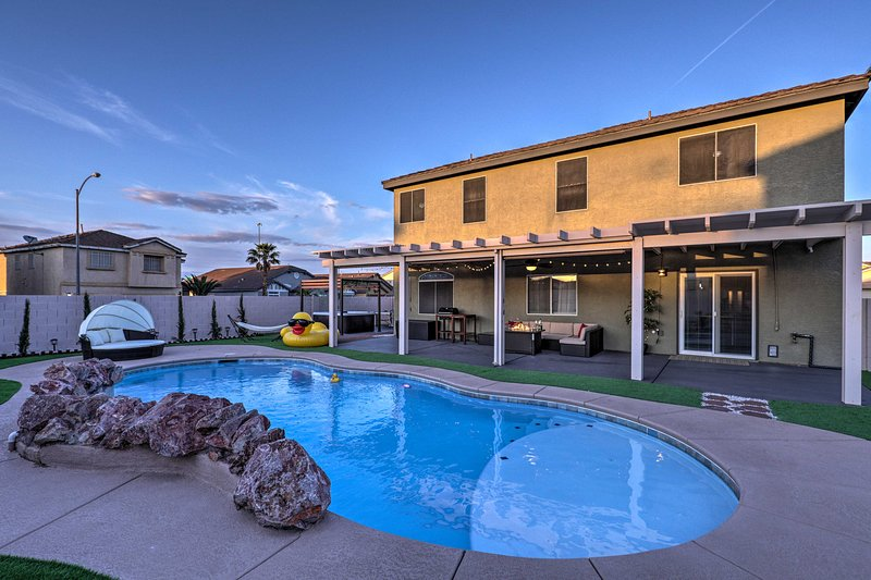 Luxurious Vegas Digs: Hot Tub, BBQ, Cabana & More!, holiday rental in Henderson