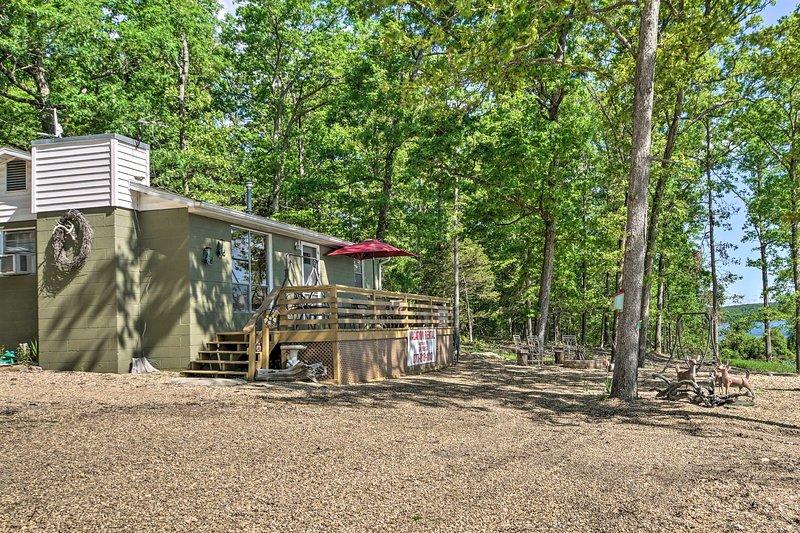 Lakeside Bull Shoals Lake Cabin w/ Deck + Views!, aluguéis de temporada em Theodosia