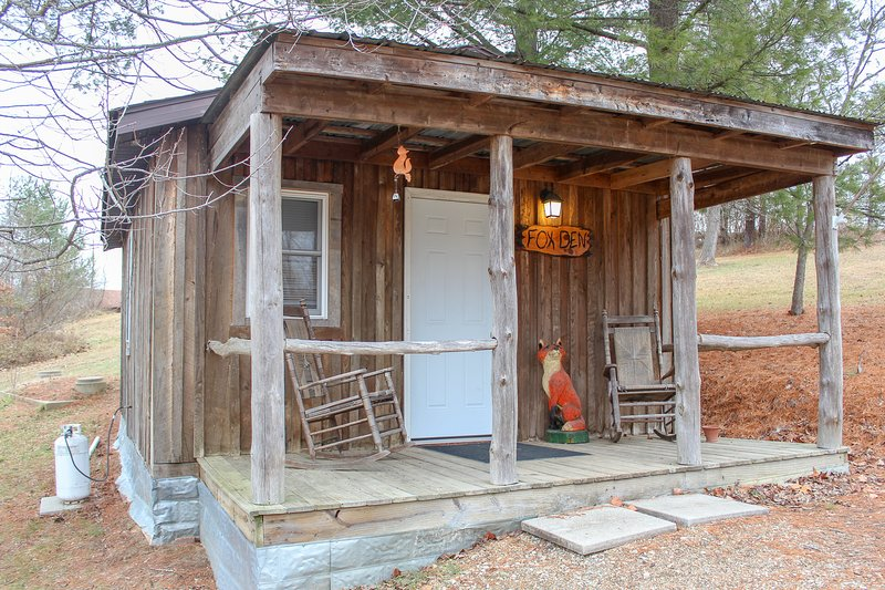 Fox Den Cabin 1st Choice Cabin Rentals Hocking Hills Ohio between Logan & Athens, holiday rental in Glouster