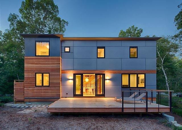 Spacious New-Build w/ Gourmet Kitchen & Large Yard - Near Beach & Ferry, alquiler vacacional en Vineyard Haven