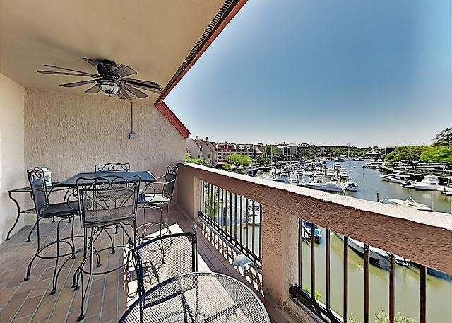 Penthouse Living at Shelter Cove Marina w/Balcony, Harbor View, Pool & Tennis, holiday rental in Bluffton
