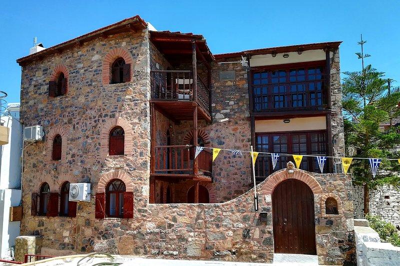 The Traditional House Monastery w/ seaview & pool, location de vacances à Fourni