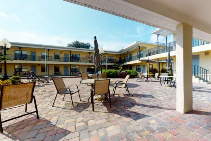Great Value! Steps to Beach - Large Patio Area - Heated Pool - Free Parking - Gr, holiday rental in Redington Beach