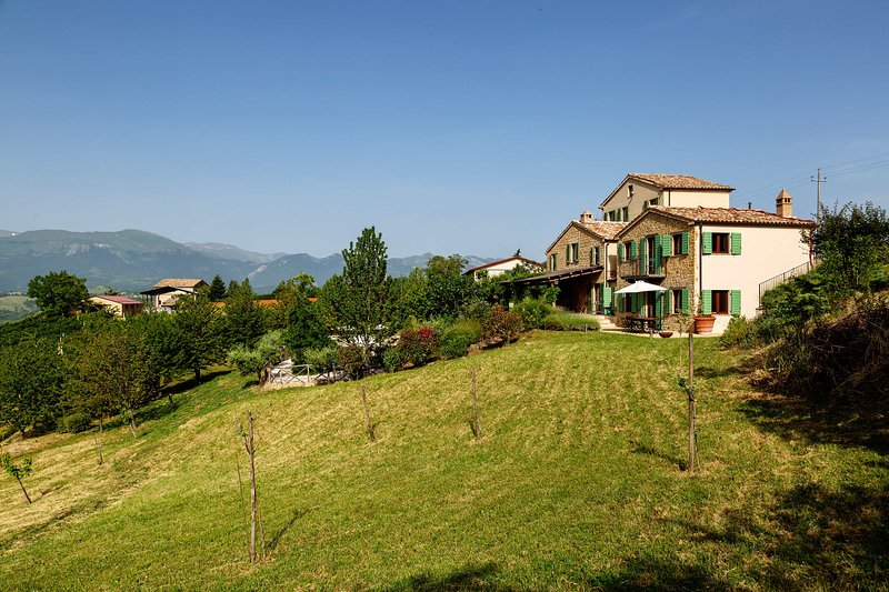 Casa Lola, private pool, beautiful views, gardens, children's play-den, holiday rental in Montefortino