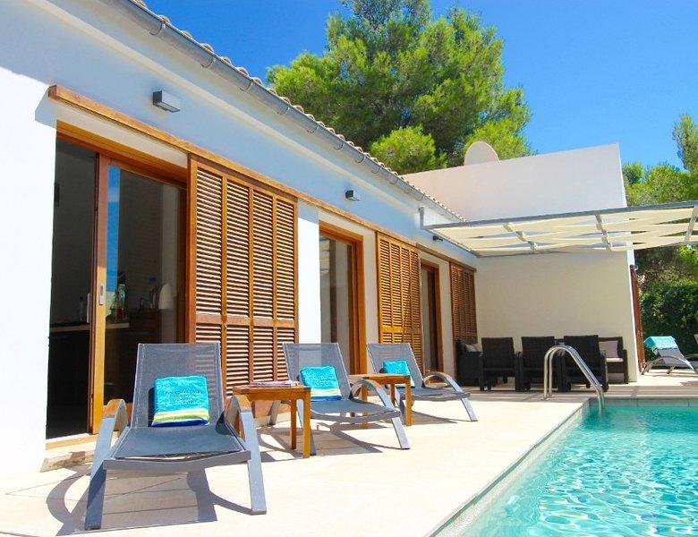 Moderno chalet de lujo con piscina privado cerca del Paseo de Piños, aluguéis de temporada em Formentor