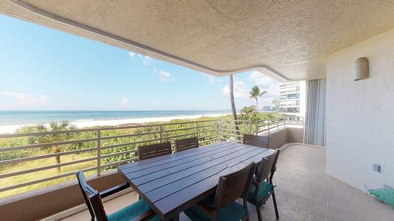 Beautiful Beachfront- watch the dolphins as you dine