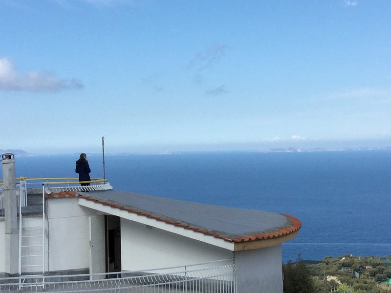 Villa Nastro Verde con panorama sul Golfo di Napoli, alquiler vacacional en Priora
