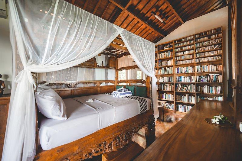 Laras Library Room, holiday rental in Sandik