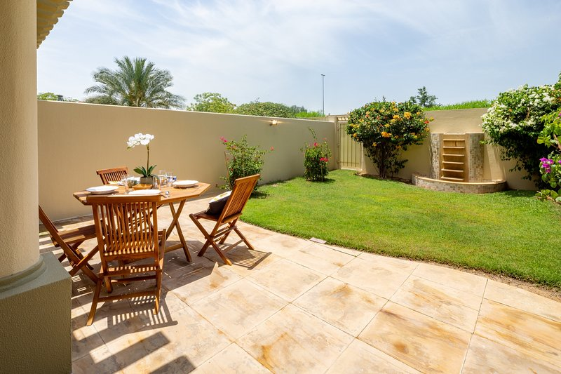 Beautiful 2BR Villa w/Garden In The Springs, holiday rental in Jebel Ali
