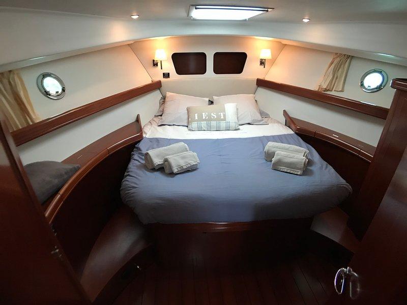 Nuits à quai sur le yacht 'Escapade II', Granville, 2/4 pers, vacation rental in Granville