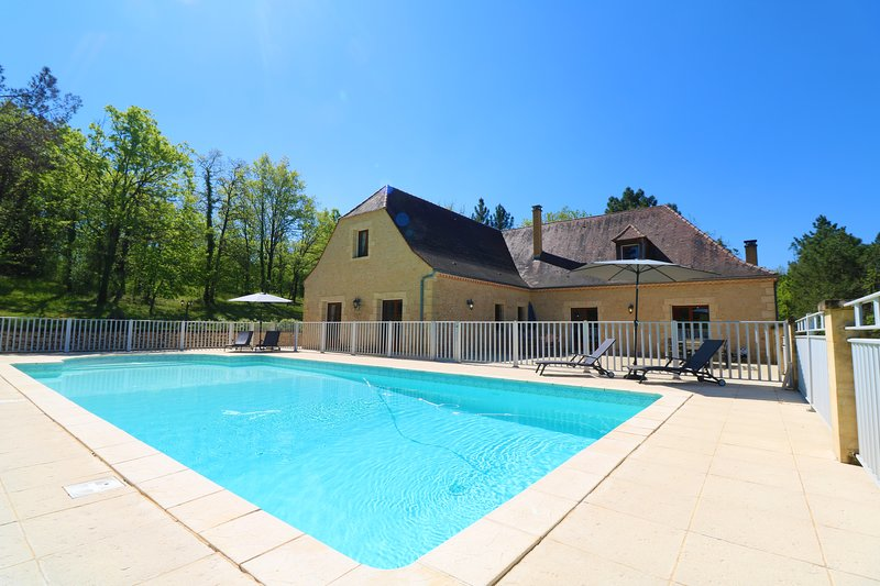 VILLA POUGET: SPACIOUSE STONE HOUSE 7 BED./5 BATH. WITH FENCED POOL & VIEWS, holiday rental in Saint-Laurent-la-Vallee