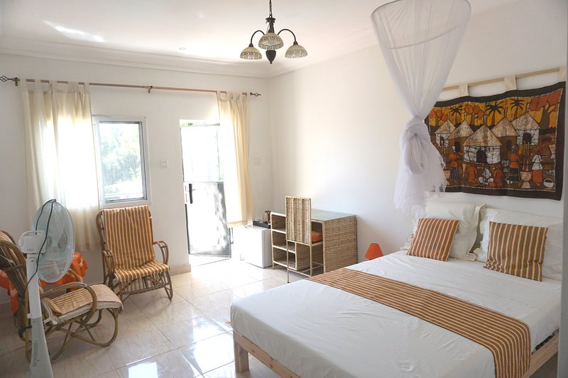 B & B Villa Calliandra orange room, holiday rental in Tujereng