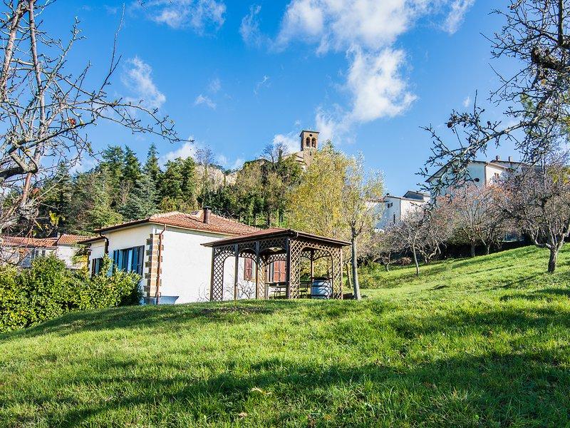 Villa Bruna nel cuore del Montefeltro, indipendente, ampio giardino, free WIFI, vacation rental in Pennabilli